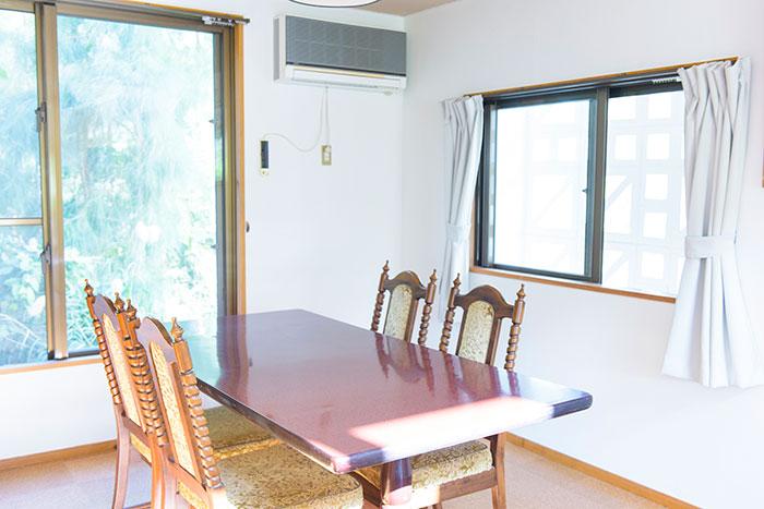沖縄ペンション スターリーハウスの食卓テーブル